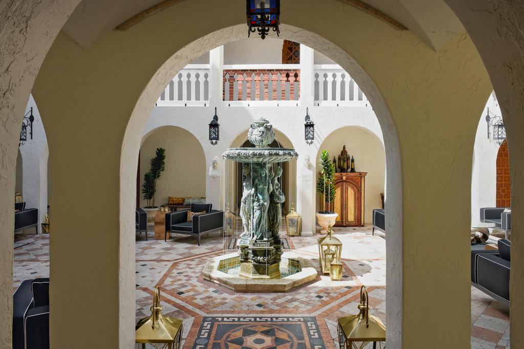 Il portico con colonnato di Villa Casuarina