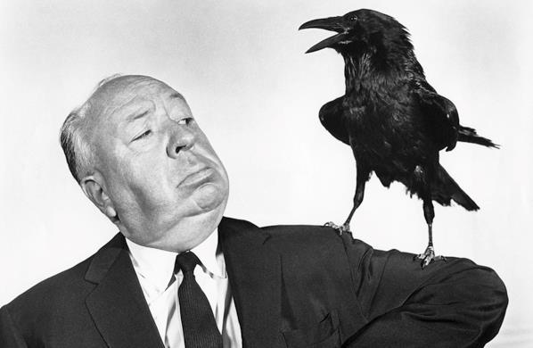Alfred Hitchcock con un corvo sulla spalla