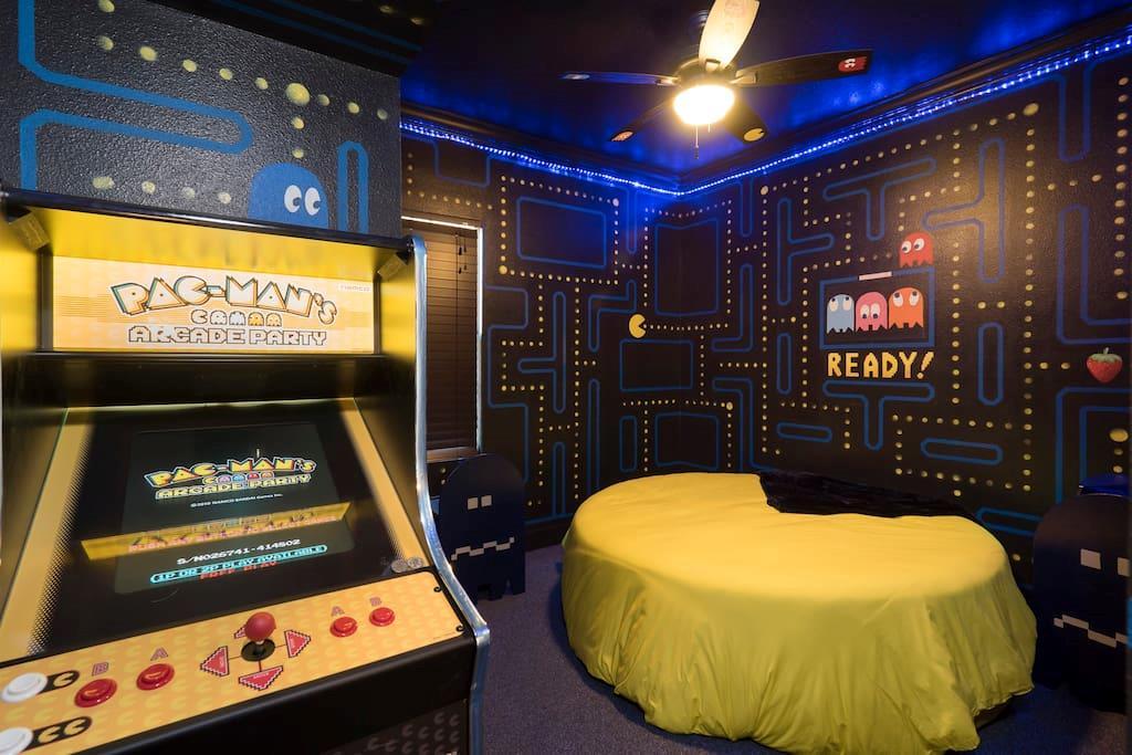 L'alloggio a tema Pac-Man con tanto di cabinato