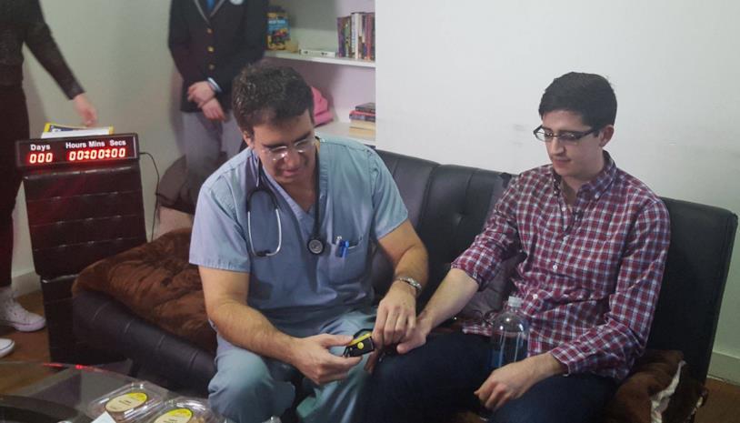 Un medico controlla la salute di AJ Fragoso