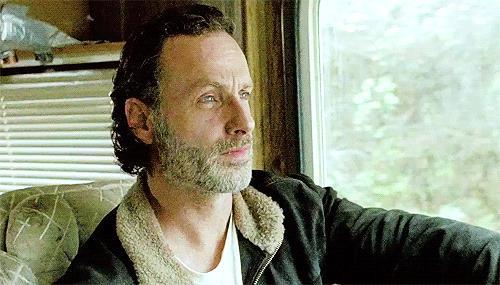 Rick Grimes guida il camper nella stagione sette di The Walking Dead
