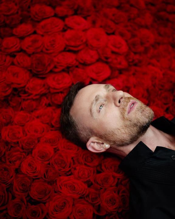 Jeff Leatham posa circondato dai fiori