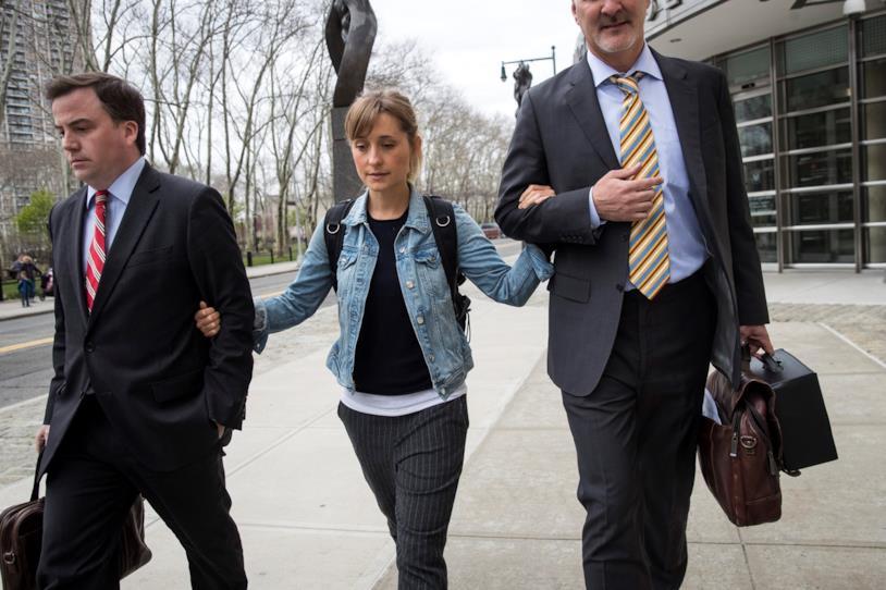 Un'altra immagine di Allison Mack che lascia il tribunale insieme ai suoi legali
