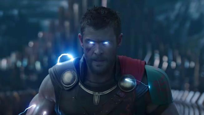 Chris Hemsworth è Thor in una scena del film diretto da Taika Waititi