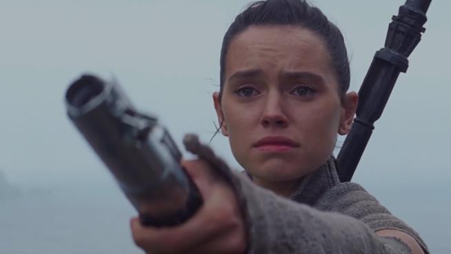 Rey nella scena finale di Star Wars: Il Risveglio della Forza