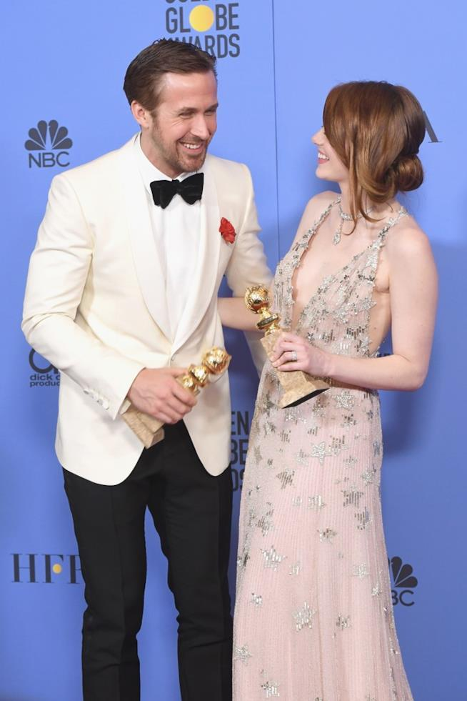 Emma Stone e Ryan Gosling scherzano con i loro Golden Globes