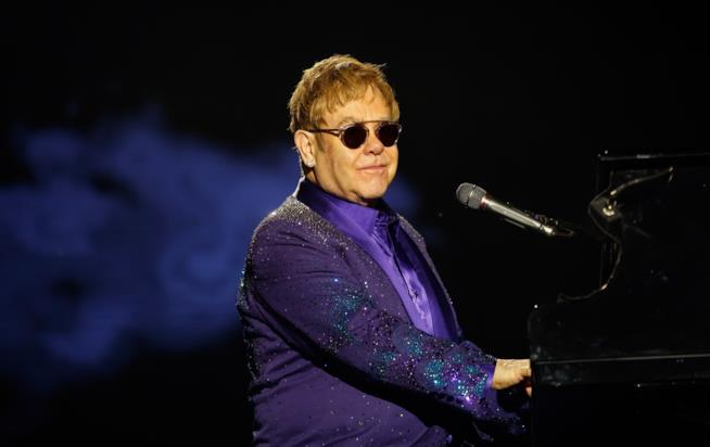 Elton John al piano, durante un concerto