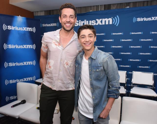 Zachary Levi e Asher Angel insieme in uno studio radiofonico