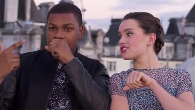 Daisy Ridley e John Boyega eseguono il rap che hanno scritto su Star Wars