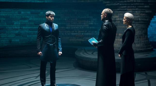 Seg-El interpretato da Cameron Cuffe in una stanza sul set di Krypton