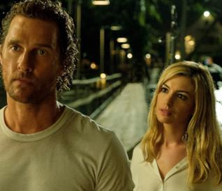 Matthew McConaughey e Anne Hathaway in una scena del film Serenity