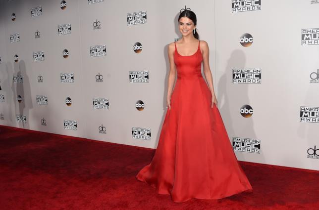 Selena Gomez in abito rosso Prada agli American Music Awards 2016
