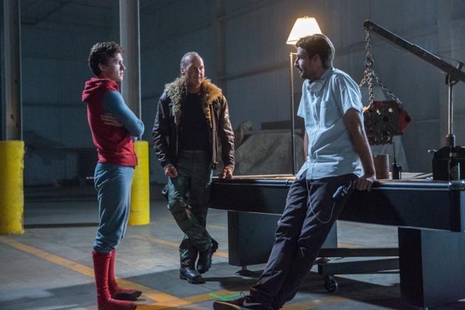Jon Watts spiega una scena di Homecoming a Tom Holland e Michael Keaton