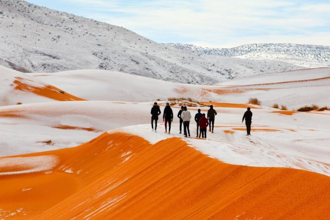 Gruppo di fotografi a lavoro nel deserto del Sahara, in Algeria