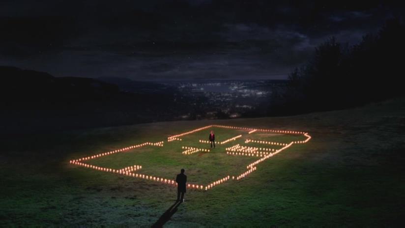 Meredith costruisce una casa di candele per Derek.