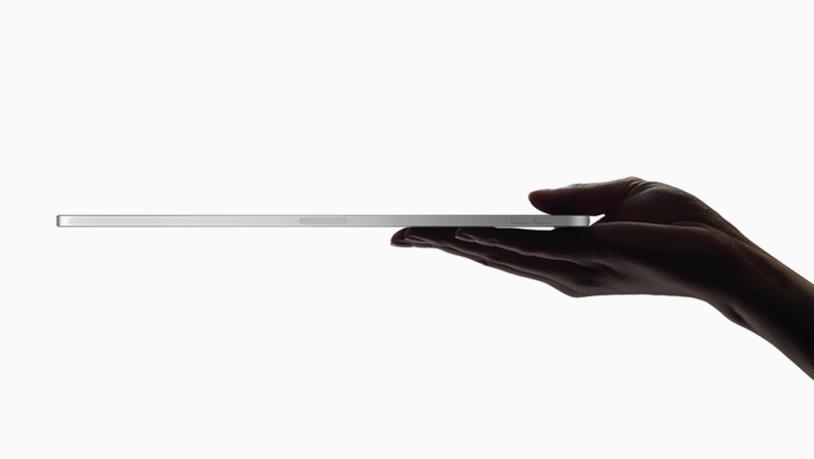 Immagine stampa che mostra il ridotto spessore del nuovo iPad Pro di Apple