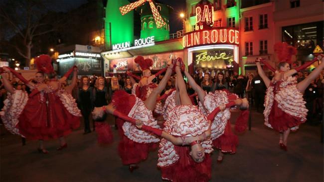 Ballerine di Can Can davanti al Moulin Rouge