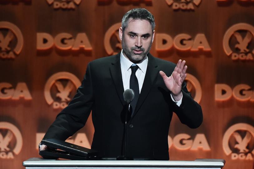 Il regista Alex Garland mentre ritira il premio ai DGA