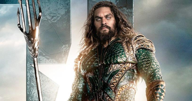 Mezzobusto di Jason Momoa in uniforme da Aquaman, con tridente in mano