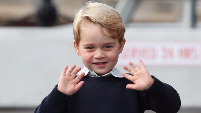 Il Principe George saluta a modo suo i fotografi