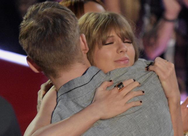 Primo piano di Taylor Swift che abbraccia Calvin Harris