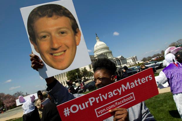 Un manifestante protesta contro Facebook all'esterno del Campidoglio di Washington