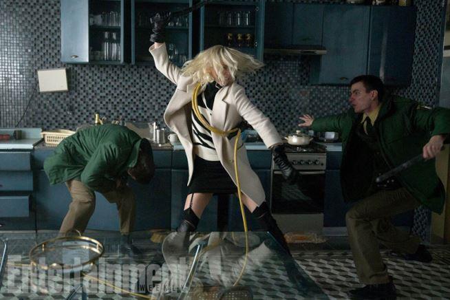 Charlize Theron lotta nella cucina sul set di Atomica Bionda