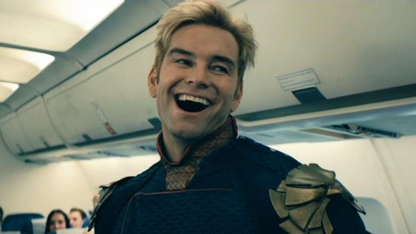 Il personaggio di Patriota sorridente all'interno di un aereo di linea