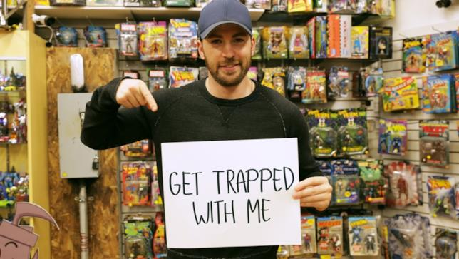 Chris Evans con il cartello dell'Escape Room di beneficienza