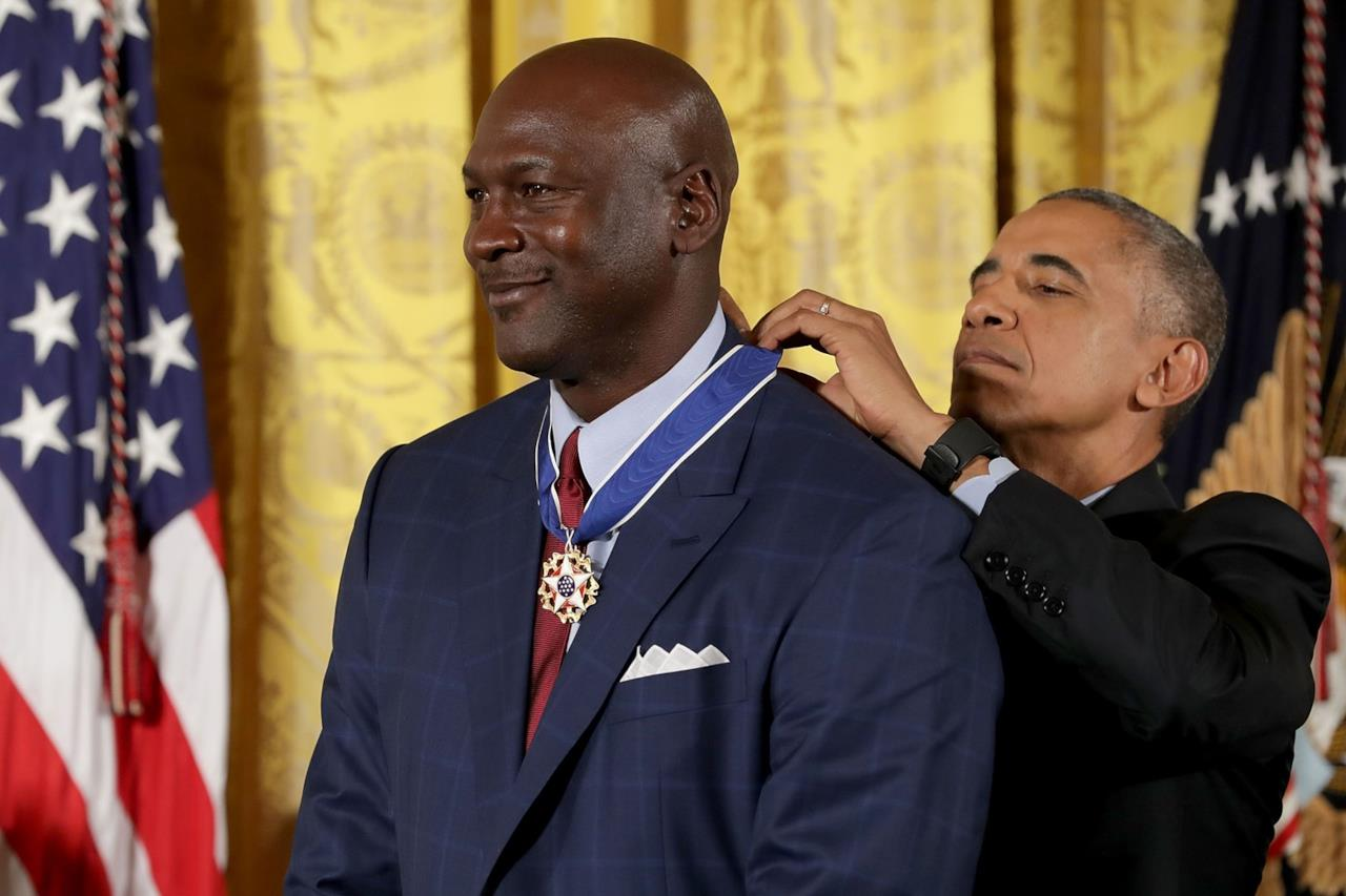 Michael Jordan riceve la Medaglia Presidenziale della Libertà da Barack Obama