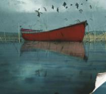 Una barca in mezzo al mare sinistro
