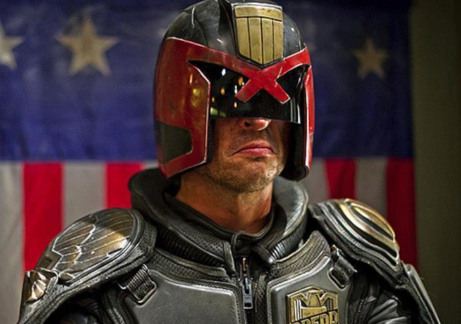 Dredd: Karl Urban sotto la maschera dell'eroe nel film del 2012