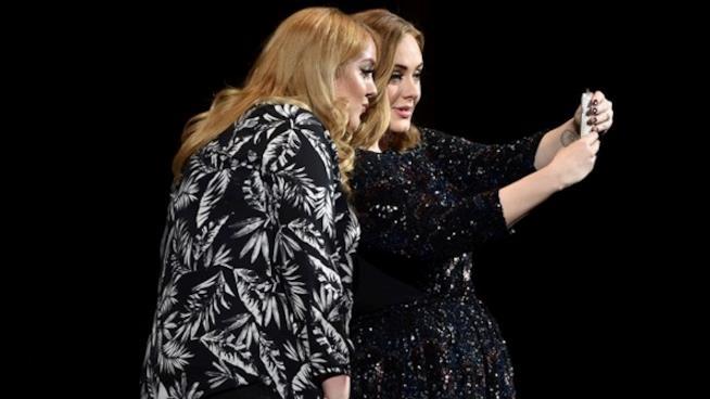 Primo piano di Adele con la sua sosia