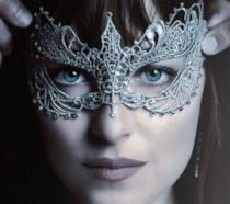 Un primo piano di Dakota Johnson Anastasia con una maschera sul viso