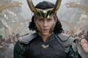 Un primo piano di Tom Hiddleston nei panni di Loki in Thor: Ragnarok