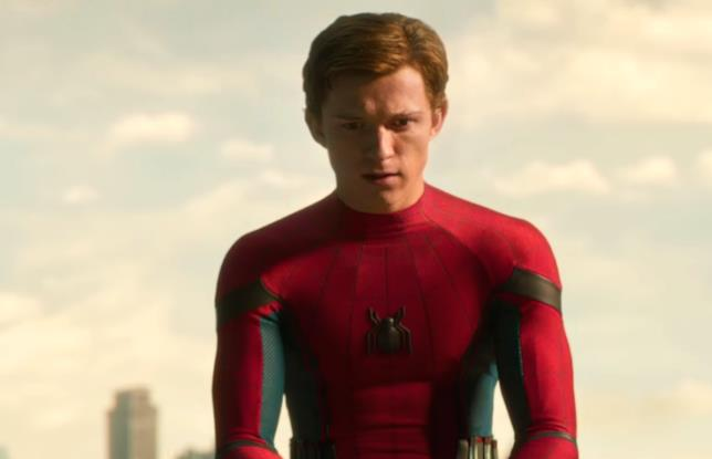 Tom Holland seduto su un tetto nel ruolo di Spider-Man
