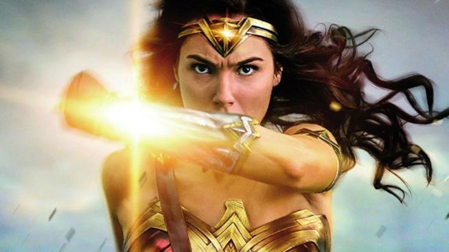 Gal Gadot in posa da combattimento in un poster promozionale di Wonder Woman