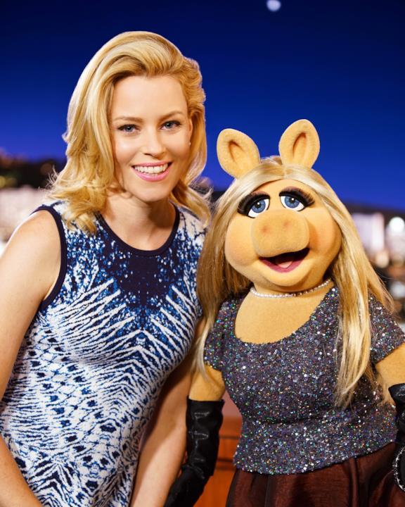 Miss Piggy de I Muppet insieme alla splendida Elizabeth Banks