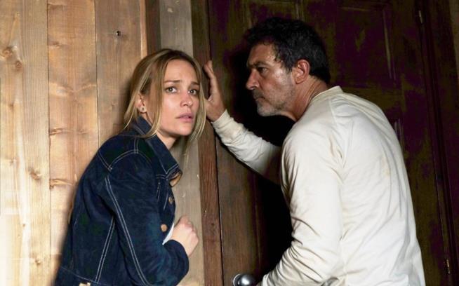 Piper Perabo e Antonio Banderas si confrontano impauriti in una scena di Black Butterfly