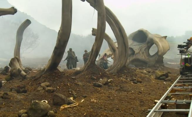 Uno scheletro gigantesco sul set di Kong: Skull Island