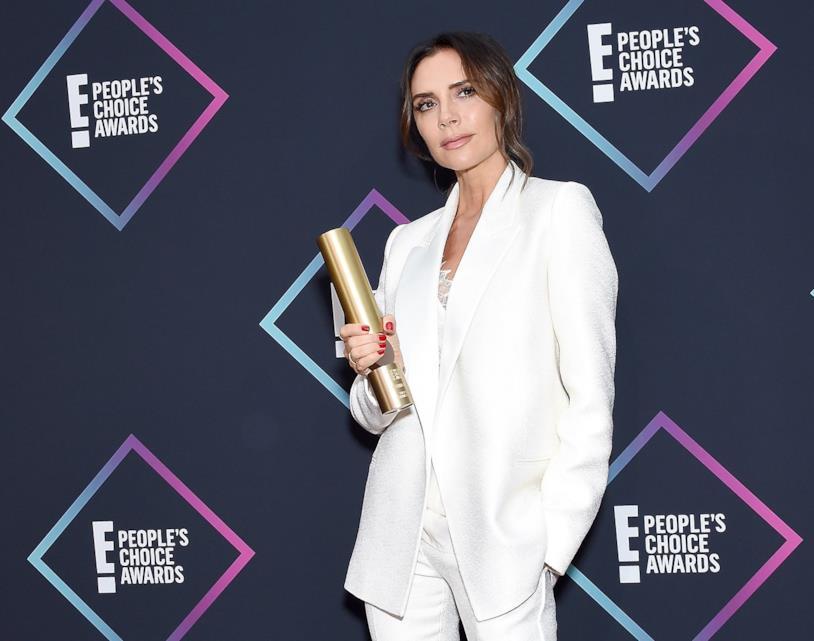 Victoria Beckham col suo premio ai People's Choice Awards 2018