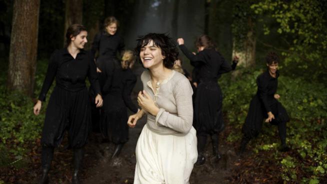 Soko interpreta Loïe Fuller nel docufilm di Stéphanie Di Giusto