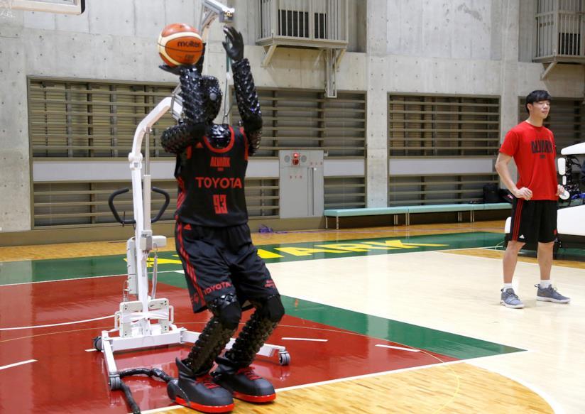 Il robot in procinto di tirare la palla nel canestro