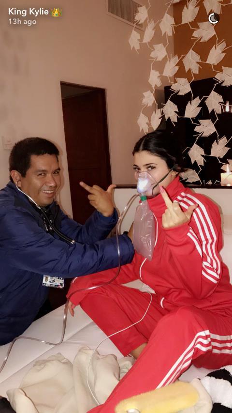 Kylie Jenner con il medico che l'ha soccorsa