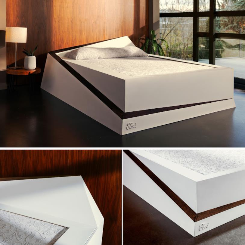 Nel dettaglio, ecco il letto matrimoniale brevettato da Ford, con il nastro che permette ad ogni partner di dormire al proprio posto.