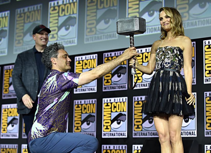Taika Waitit consegna Mjolnir a Natalie Portman