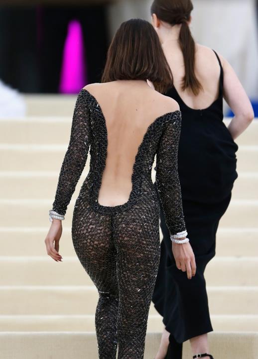 Il lato B di Bella Hadid al MET Gala 2017