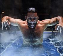 Hugh Jackman estrae gli artigli di adamantio di Wolverine