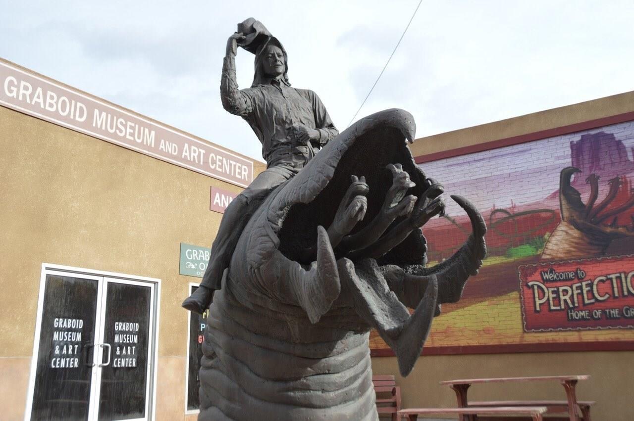 La statua in cui Val cavalca un Graboid