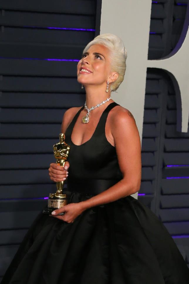 Lady Gaga con il suo Oscar in mano